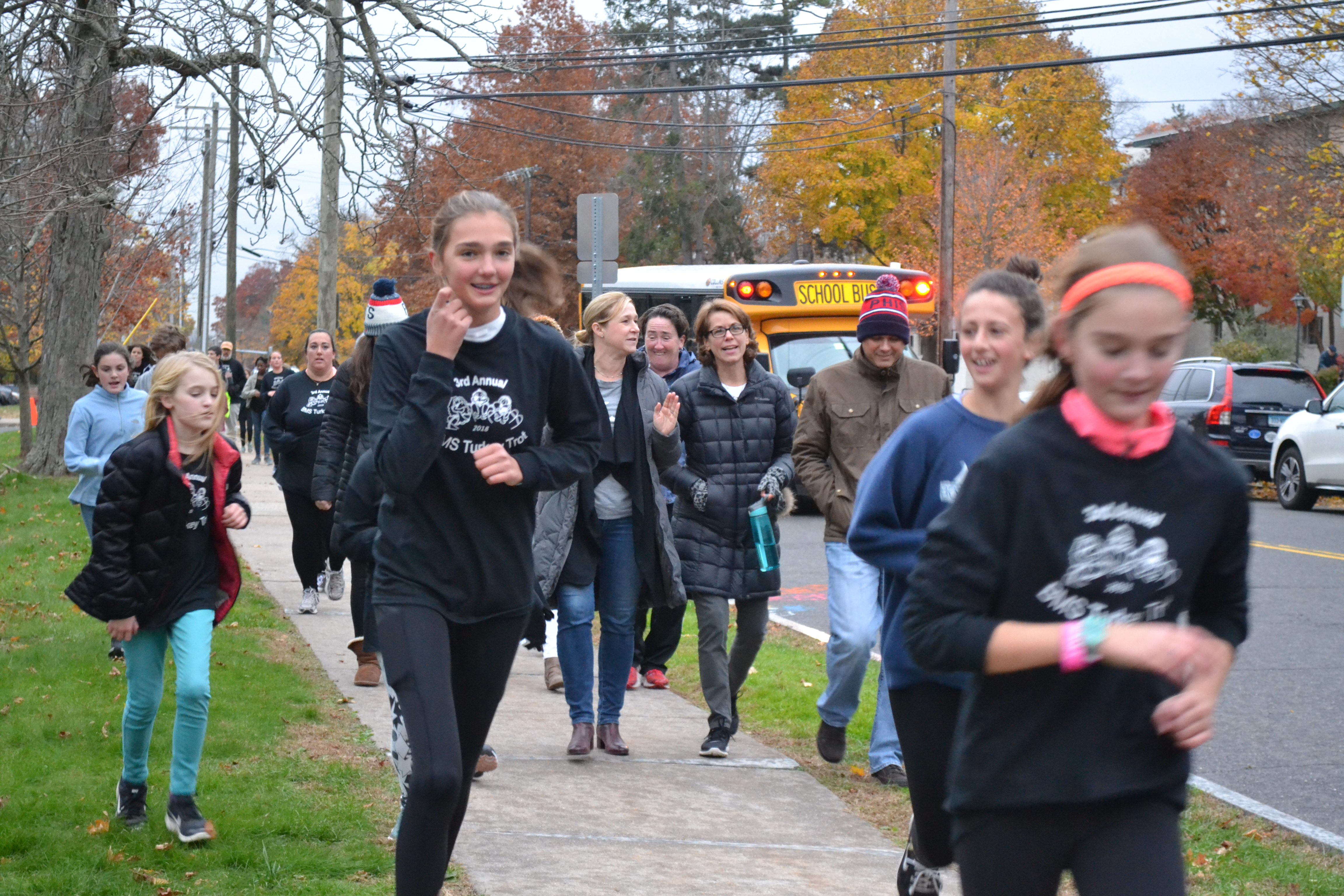 students running at the turkey trot